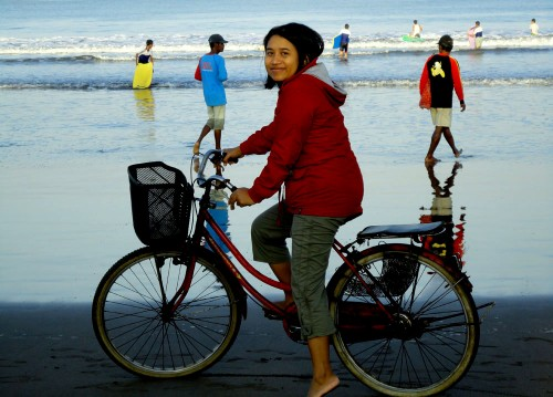 Bersepeda di Pantai Pangandaran