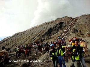 tangga menuju ke puncak Bromo