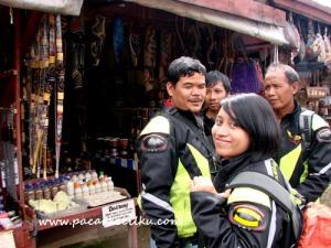 penjual souvenir di sekitar Kawah Ratu