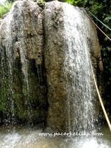 air terjun di kompleks wisata Goa Petruk