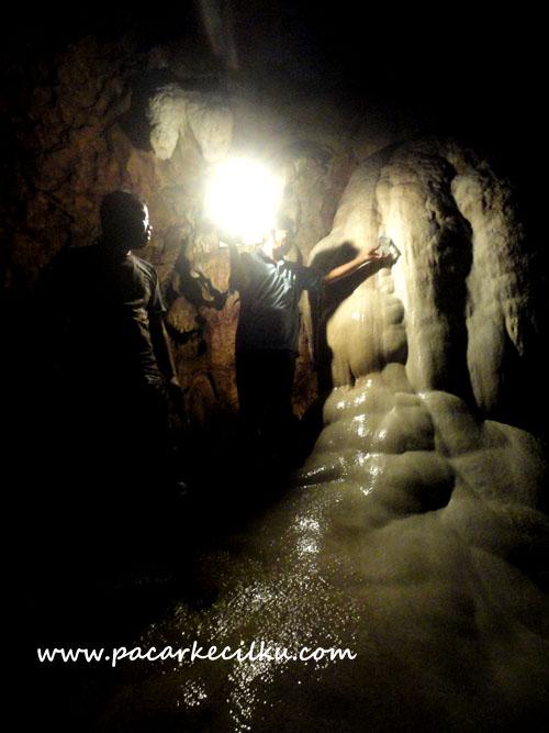 stalagtit ini terus mengalirkan air yang dipercaya membuat awet muda