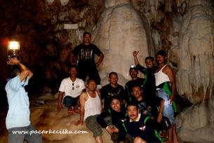 berfoto di depan stalagtit