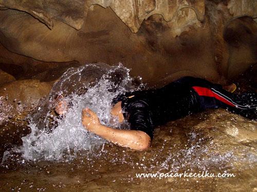 mandi air sendang di dalam Goa Semar