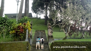 turis yg keukeuh mengambil foto Istana Tampak Siring