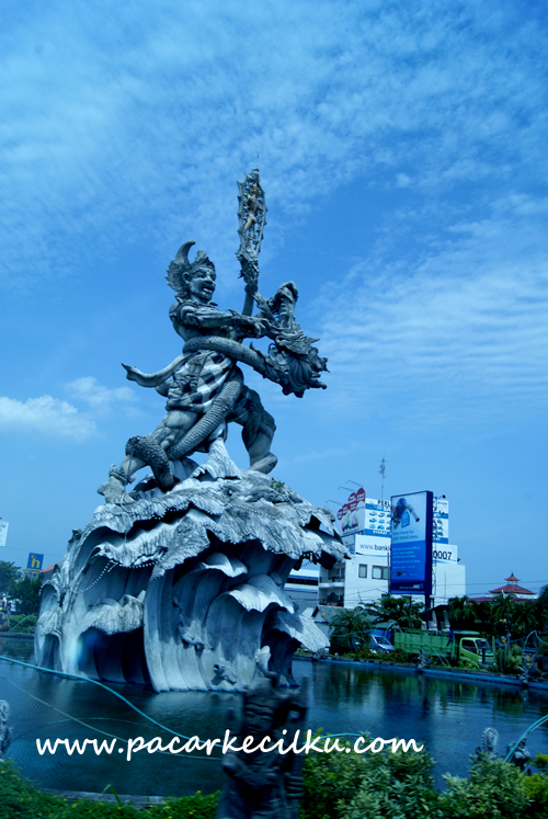 Patung Dewaruci di foto dari dalam Bus