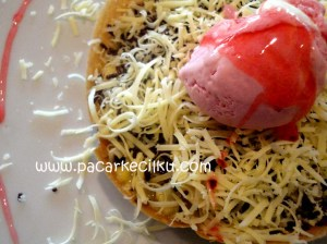 Martabak UFO Rocket Blast dengan toping es krim strawberry