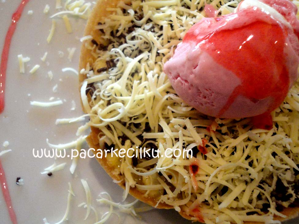 Martabak UFO Rocket Blast dengan toping es krim strawberry