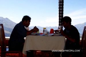 makan siang dengan pemandangan Gunung dan Danau Batur