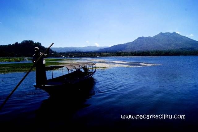 perahu motor menuju desa Trunyan dari Kedisan