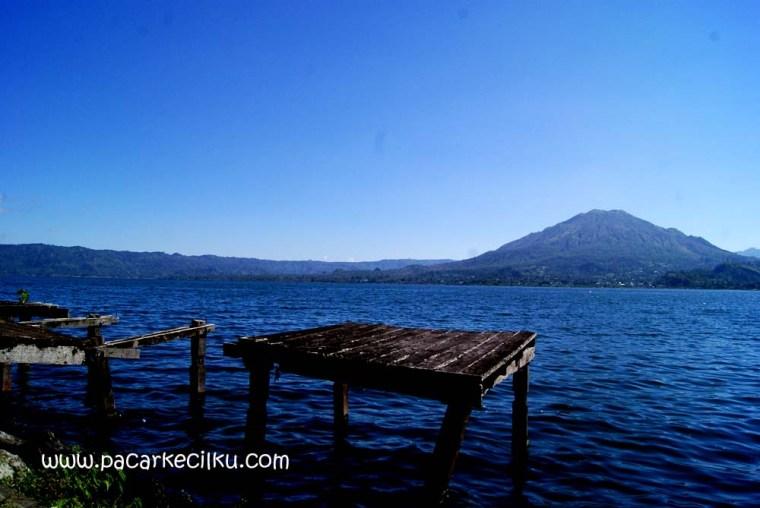 Gunung Batur dilihat dari desa Trunyan