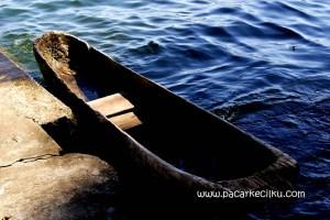 salah satu perahu lesung warga lokal tertambat di desa Trunyan