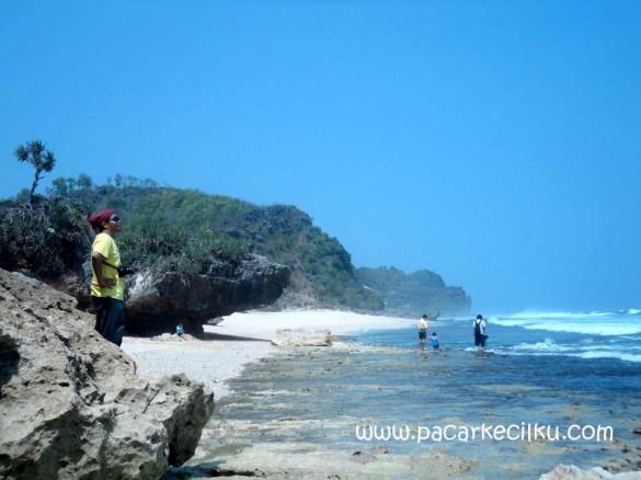 Pantai Goa Lawang Watu Tepus