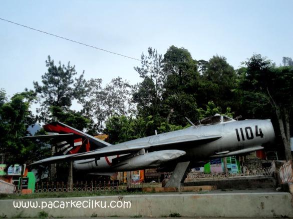 Monumen Pesawat dekat gapura menuju Air Terjun Tirtosari Magetan