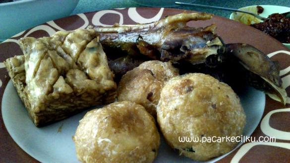 tempe, perkedel, ayam goreng ala Rumah Makan Pring Gading