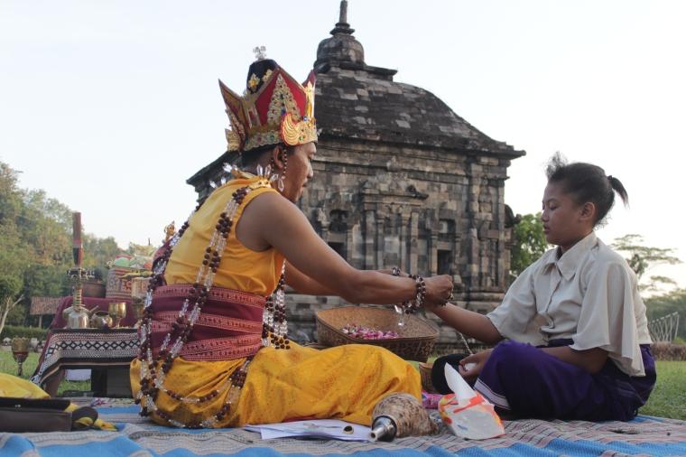 Ruwatan potong rambut dan pengikatan gelang lima warna mengakhiri Puja Panca Tathagata