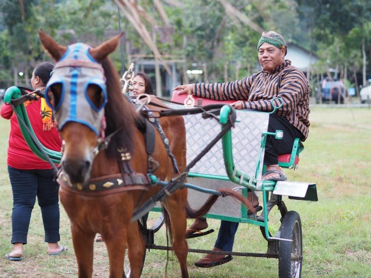 Naik Bendi adalah salah satu atraksi paling populer di Pasar Banyunibo