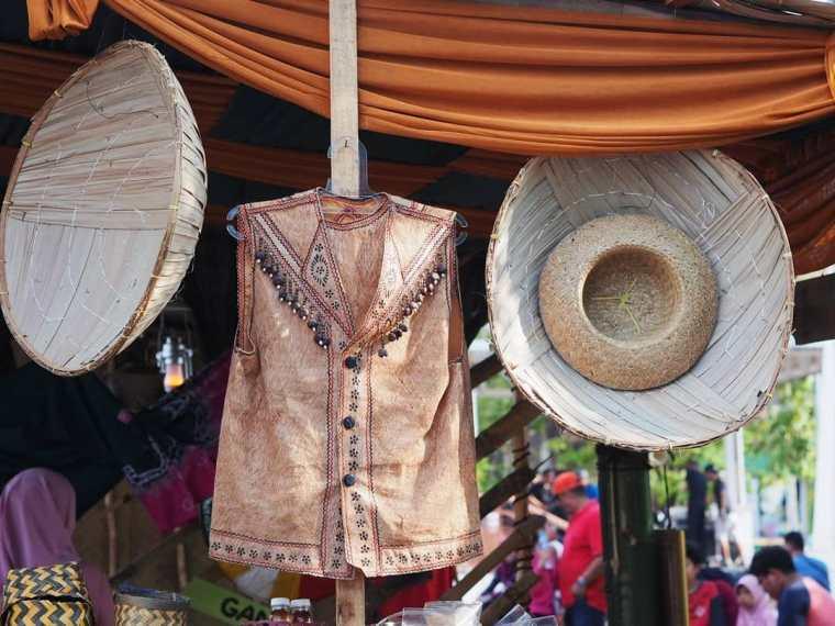 Baju Berbahan Kulit Kayu
