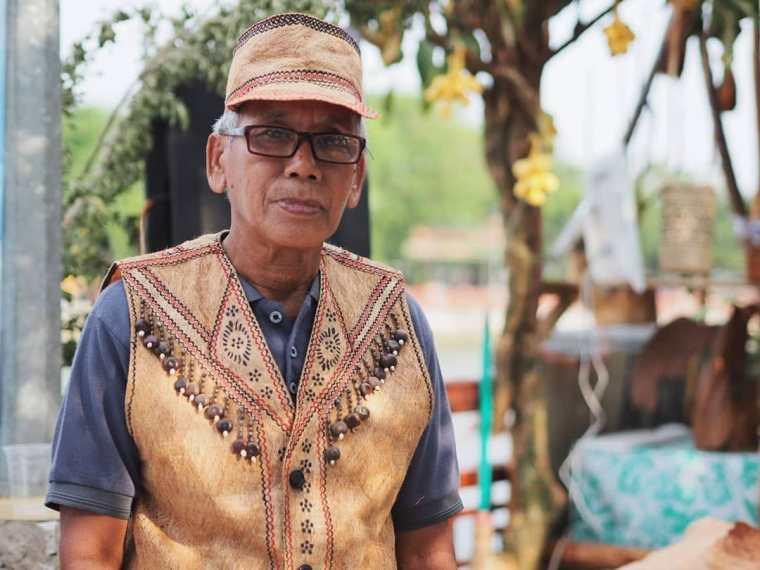 Pak Wencen, Pengrajin Baju Berbahan Kulit Kayu