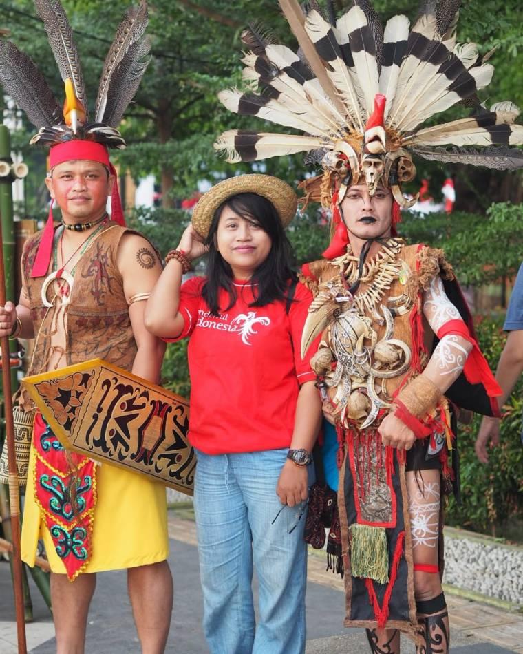 Berfoto bersama peserta Festival Pasar Terapung yang memakai kostum Dayak Deah